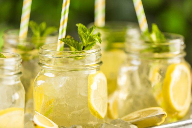 Glasses of green iced tea with lemon